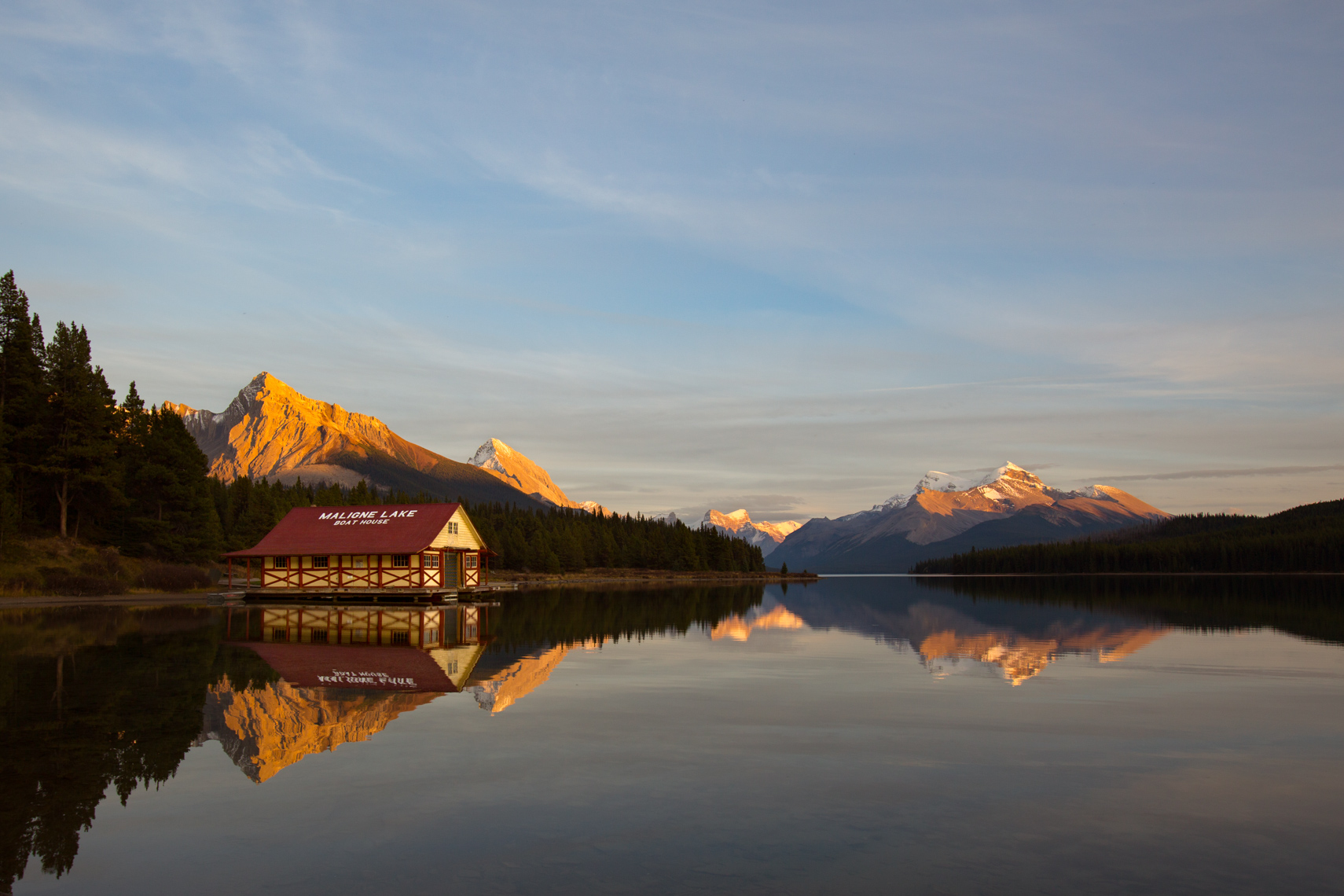 01-Travel-Maligne-Lake-Boathouse